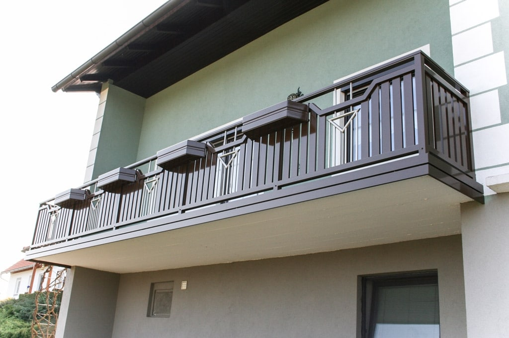 Traun 01 b | brauner Alubalkon mit vertikalen Aluminumlatten, Nirostäben, Alu-Balkonkästen | Svoboda