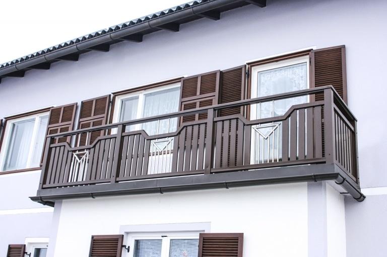 Traun 02 a   Alu-Balkon braun beschichtet mit Lattenfüllung und Edelstahl-Dekor aus Stäben   Svoboda
