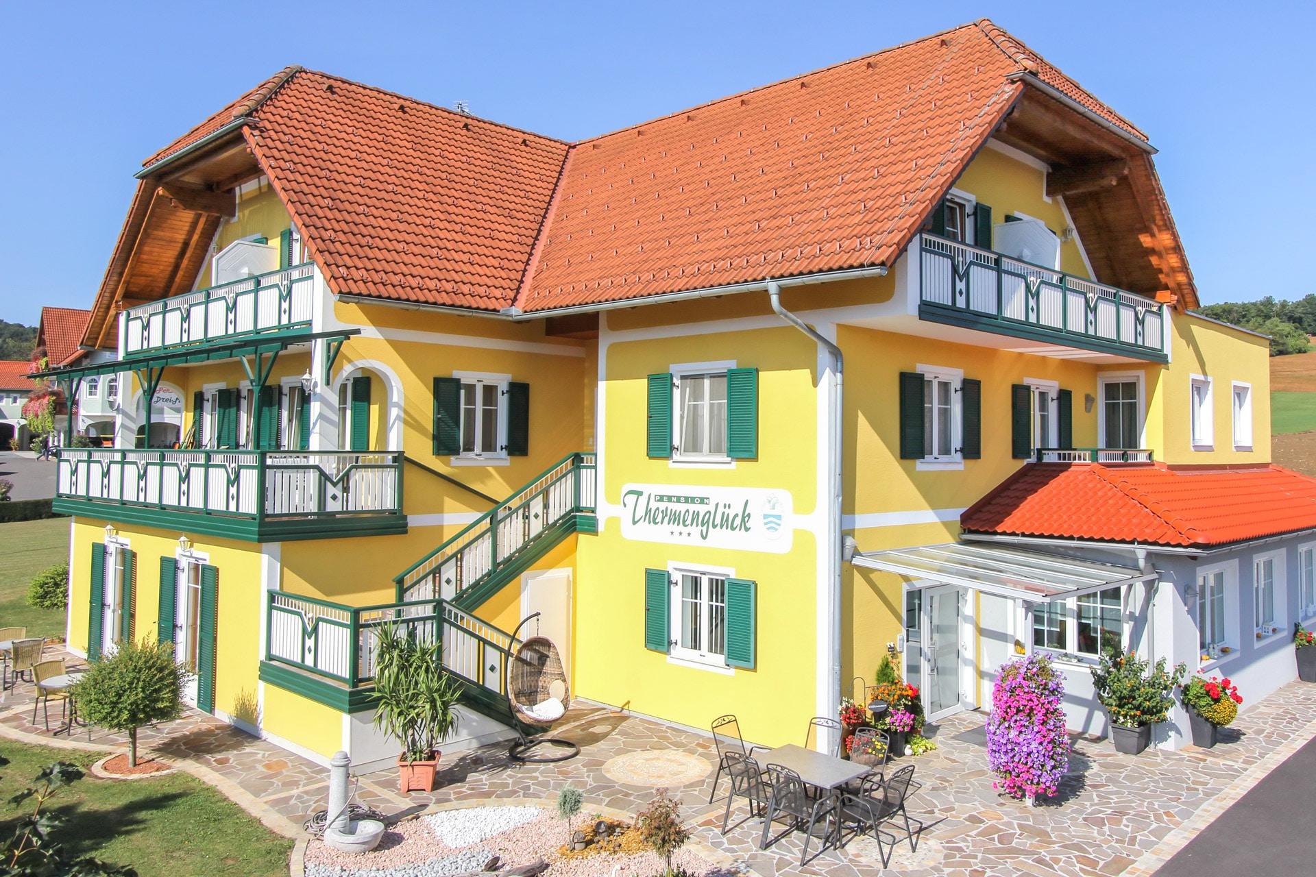 Unterlamm 01 | grün-weißer Alu-Balkon bei Pension bzw. Hotel mit Latten & Stäben senkrecht | Svoboda