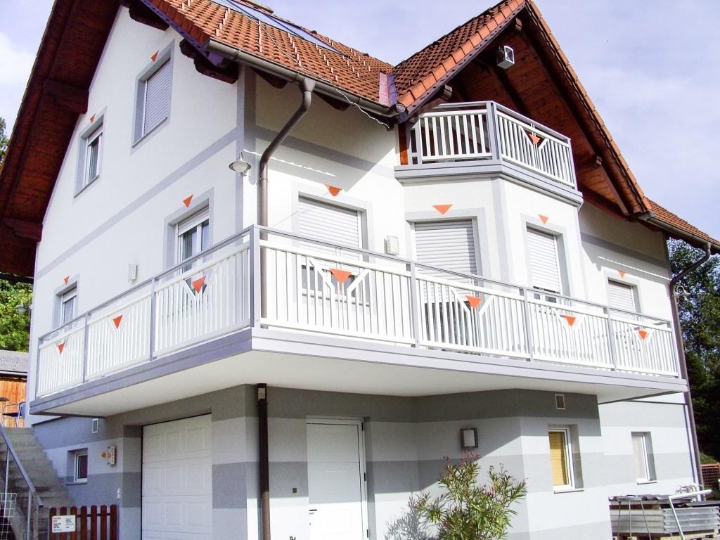Villach 01 a   grau-weiß-oranges Aluminium Außengeländer mit Alu Stirnblende   Svoboda Metall