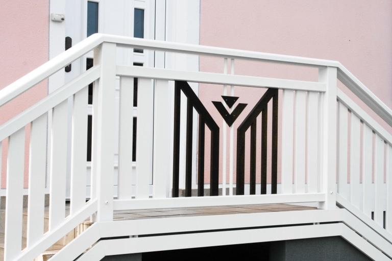 Villach 02 b   Alu-Geländer bei Eingang mit weißen Latten und braunem Latten Dreieckblech   Svoboda