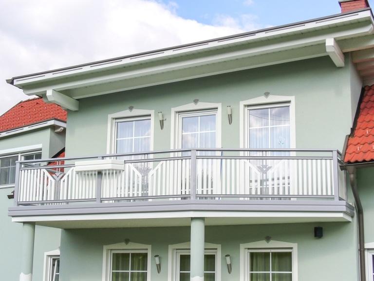 Villach 11 a   aufgesetzt montierter Alu-Lattenbalkon weiß-grau mit stirnseitiger Blende   Svoboda