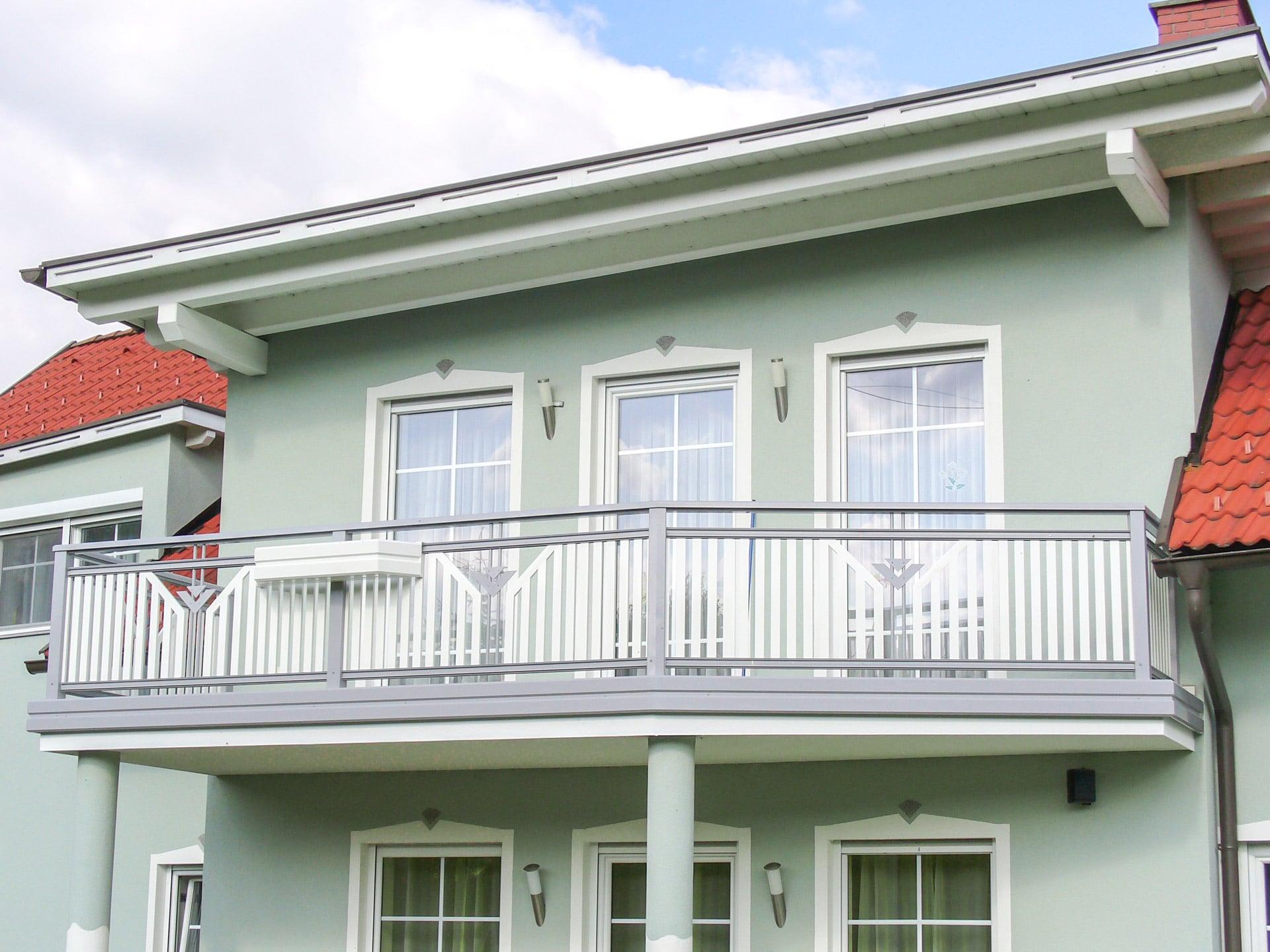 Villach 11 a | aufgesetzt montierter Alu-Lattenbalkon weiß-grau mit stirnseitiger Blende | Svoboda