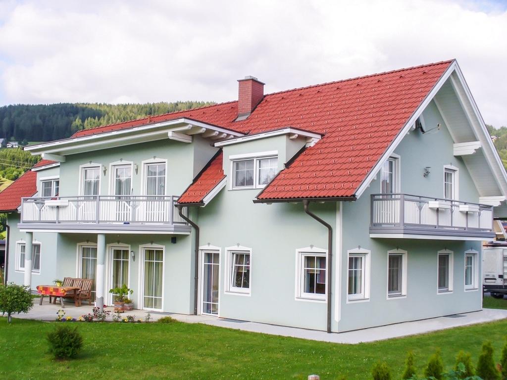 Villach 11 b | grau-weißes Alubalkongeländer bei hellgrünem Haus mit rotem Ziegeldach | Svoboda