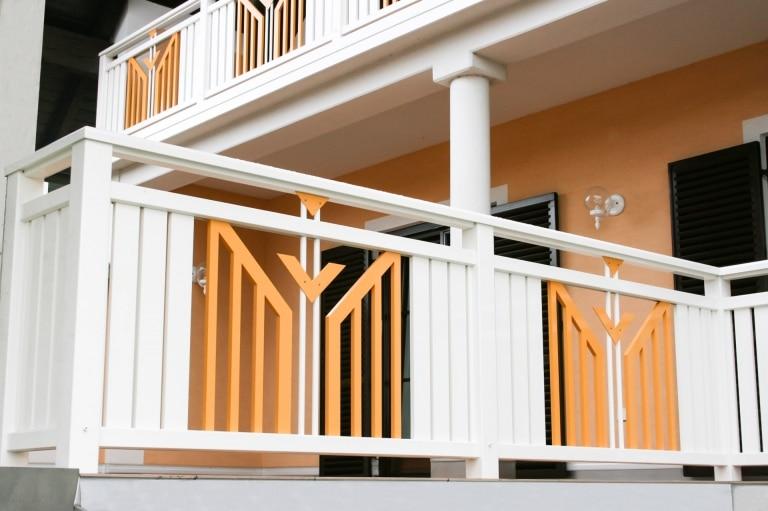 Villach 12 b   Alugeländer orange-weiß mit vertikalen Alu-Brettern, Latten-Vollblech-Dekor   Svoboda