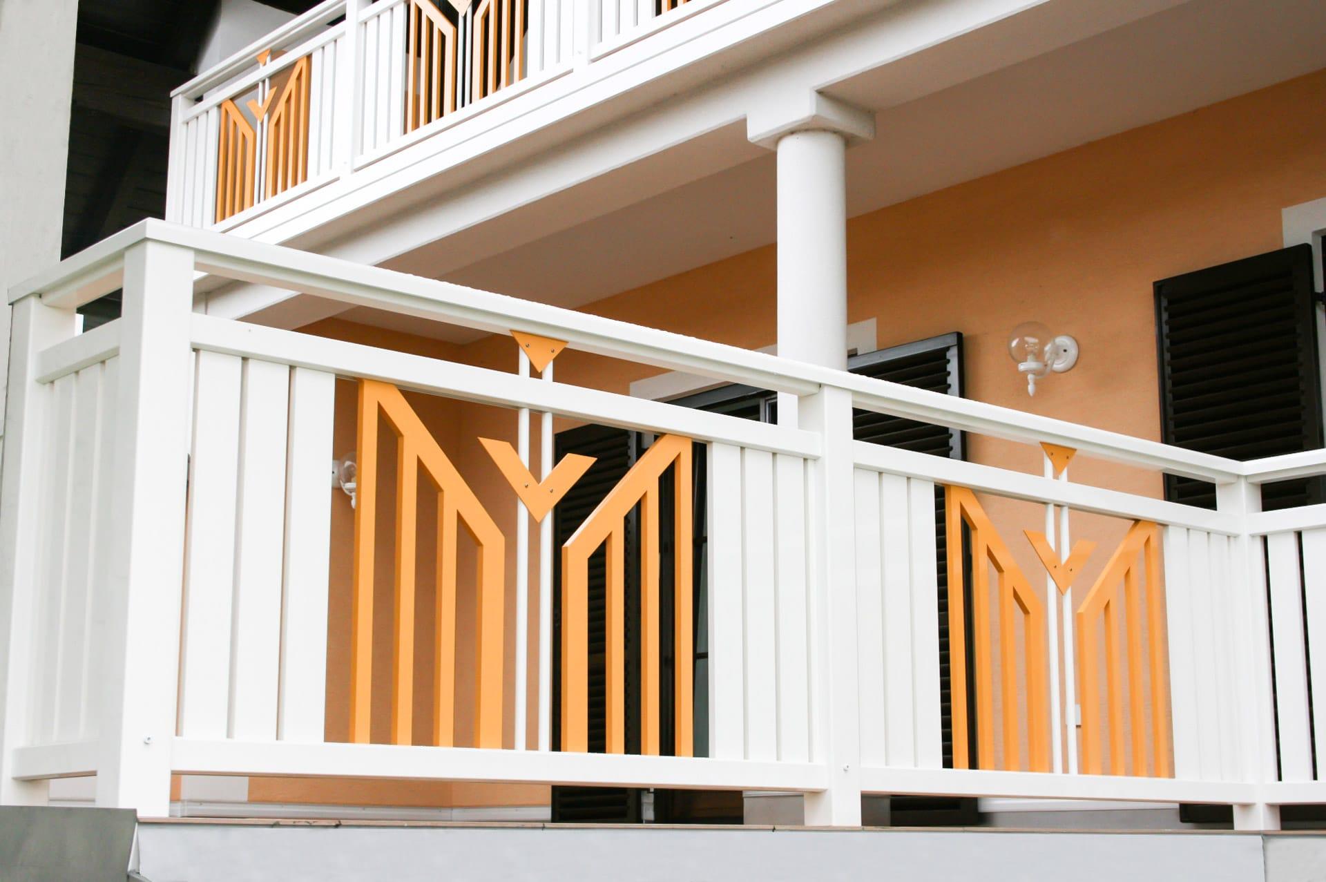 Villach 12 b | Alugeländer orange-weiß mit vertikalen Alu-Brettern, Latten-Vollblech-Dekor | Svoboda