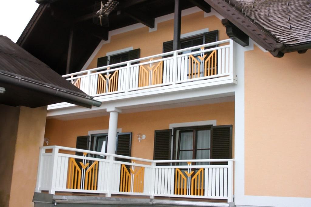 Villach 12 c | Aluminiumbalkon mit vertikalen Latten weiß und Alu-Dekor orange mittig | Svoboda
