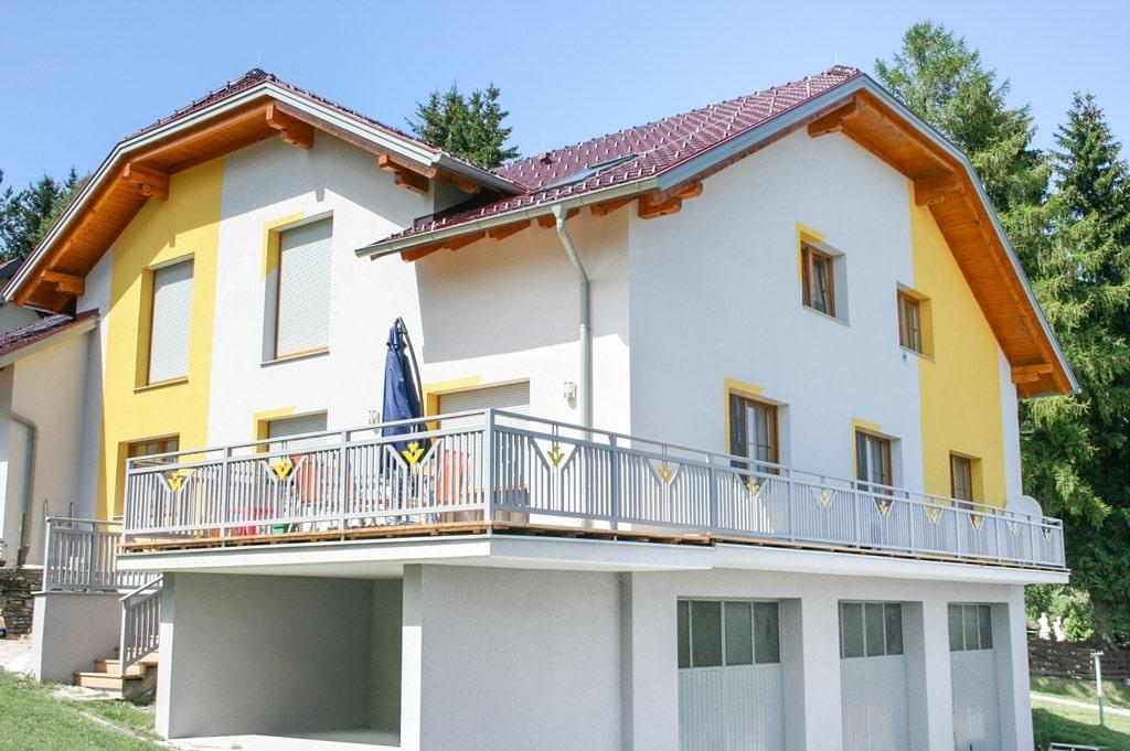 Villach 13 a   Alugeländer bei Terrasse mit senkrechter Lattung grau, Dekor-Dreiecke gelb   Svoboda