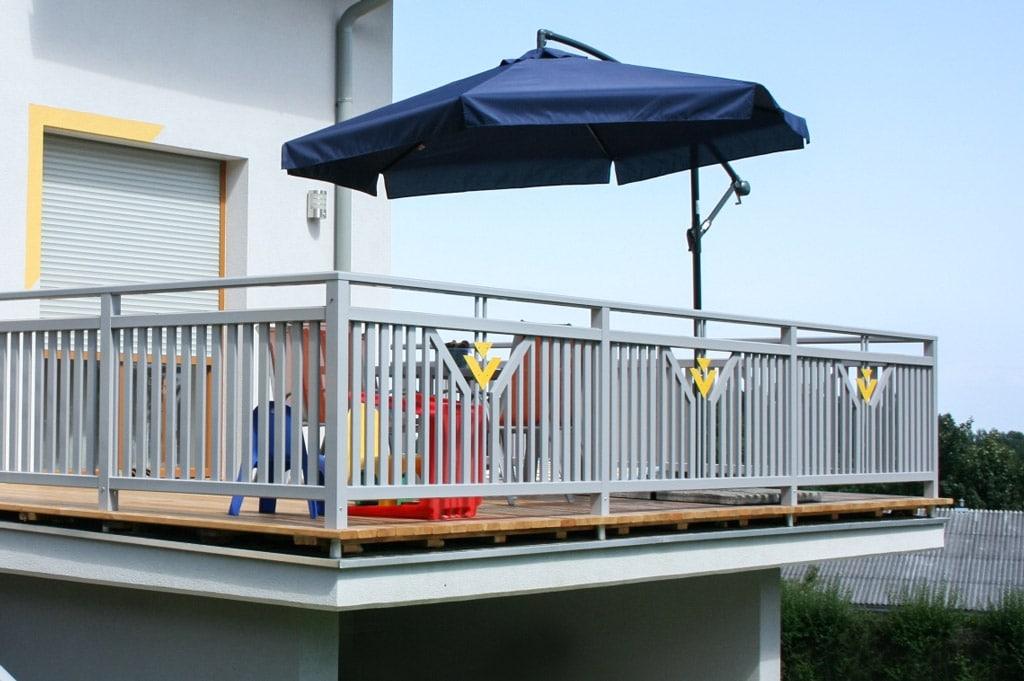 Villach 13 b   Aluminium Terrassen Geländer grau-gelb beschichtet auf Holzboden aufgesetzt   Svoboda