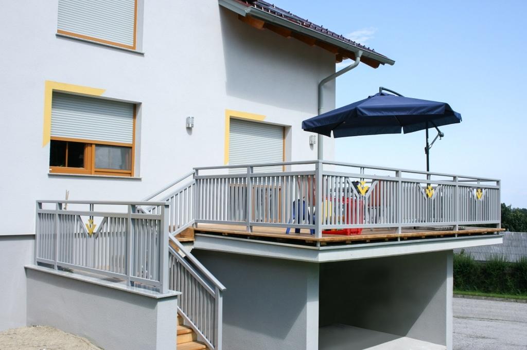 Villach 13 b   Terrassengeländer aus Alu mit grauen senkrechten Latten und Dreiecken gelb   Svoboda