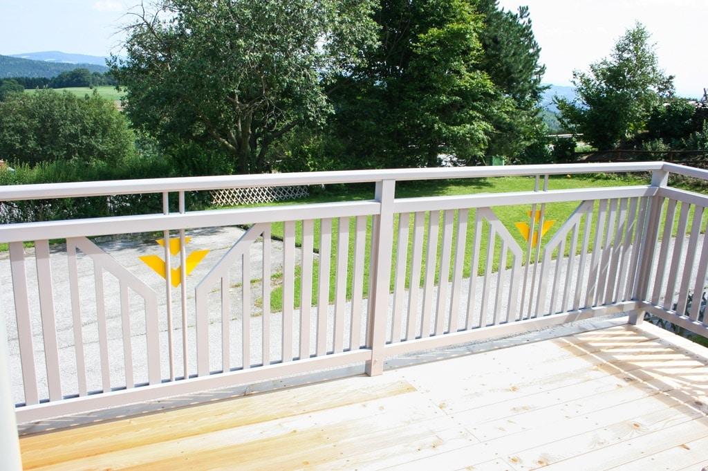 Villach 13 c   Ansicht von Balkoninnenseite von Alu-Latten-Geländer bei Terrasse grau-gelb   Svoboda
