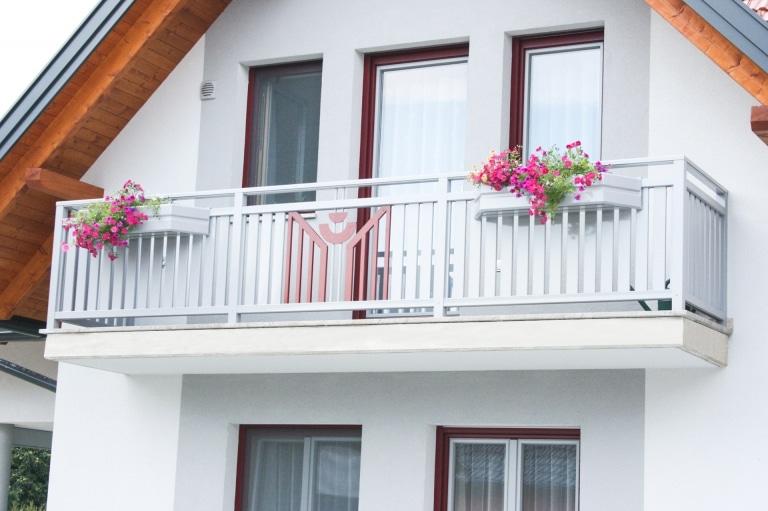 Villach 17 b   Aluminium Balkon grau-rot auf Balkonboden aufgesetzt mit Alu-Blumenkästen   Svoboda