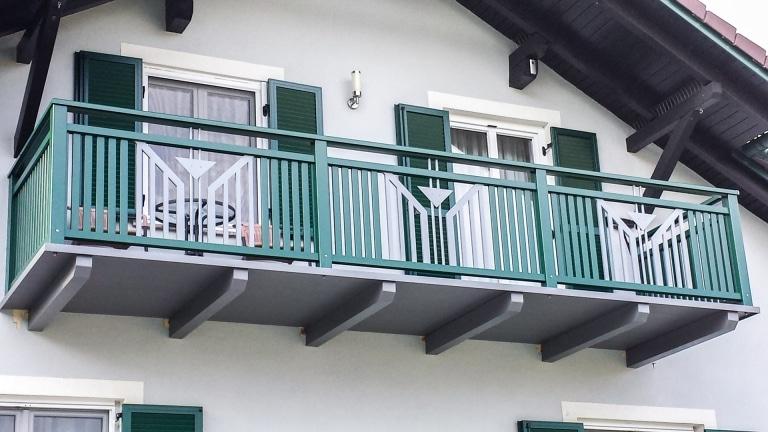 Villach 22   grün-grauer Alubalkon mit Lattenfüllung senkrecht und dreieckigem Blech Dekor   Svoboda