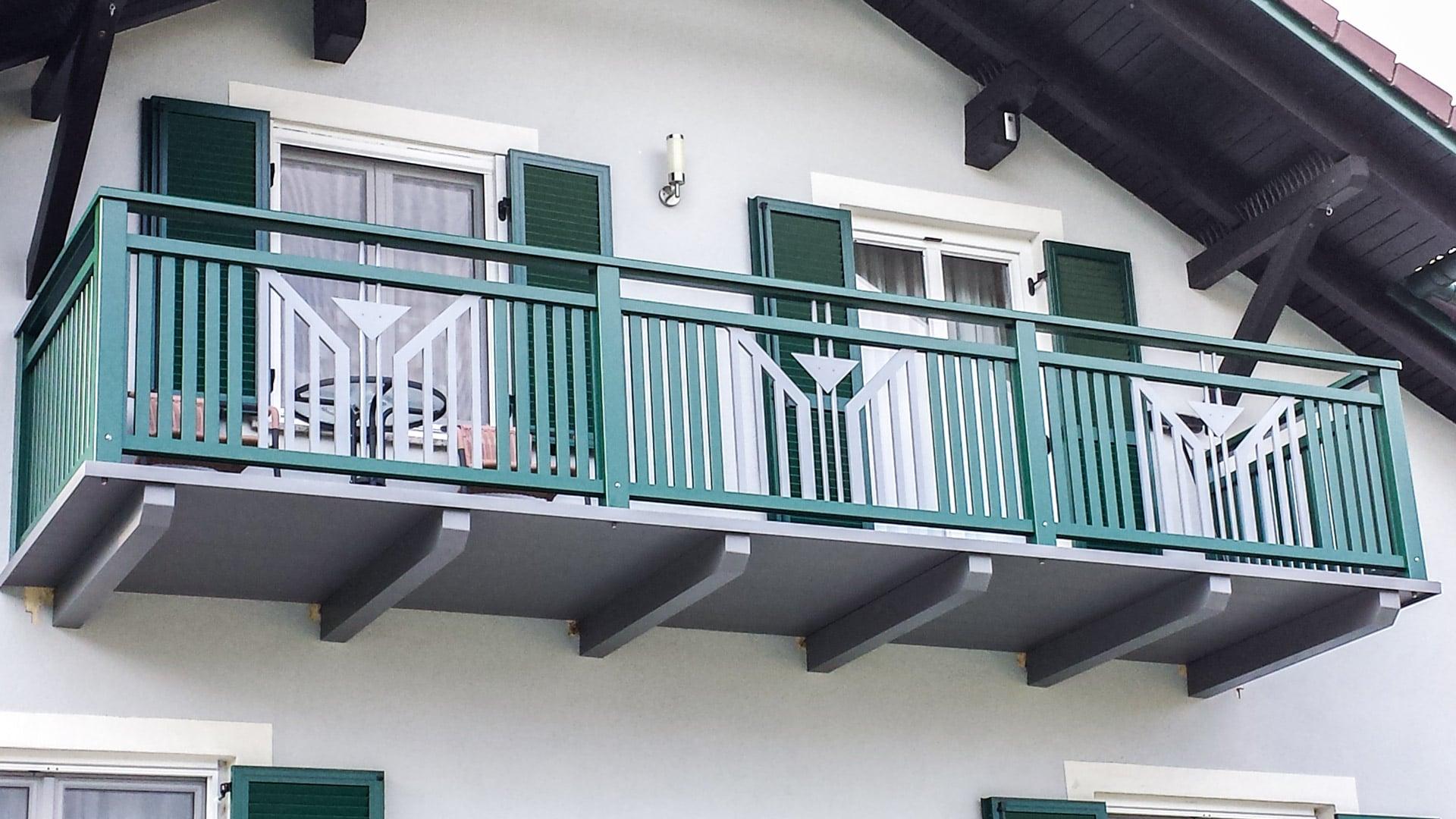 Villach 22 | grün-grauer Alubalkon mit Lattenfüllung senkrecht und dreieckigem Blech Dekor | Svoboda