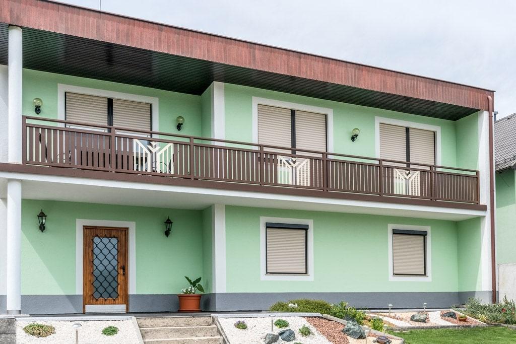 Villach 24 a | braun-weißes Außengeländer aus Aluminium mit senkrechten Latten & Alu-Dekor | Svoboda