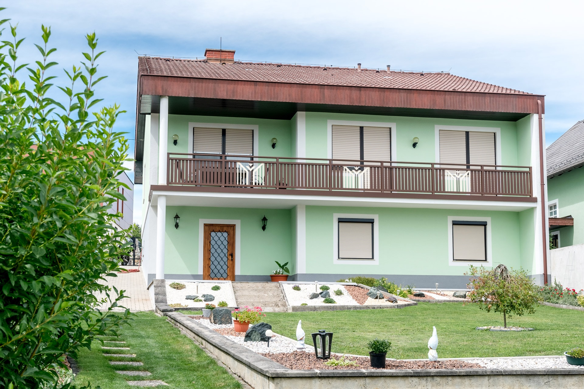 Villach 24 b | Absturzsicherung bei Balkon aus beschichteten Aluminium Latten braun-weiß | Svoboda