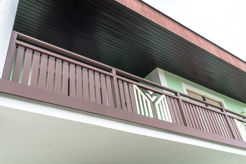 Villach 24 d | Alugeländer braun bei Balkon mit weißem Dekor, glatte Blende stirnseitig | Svoboda
