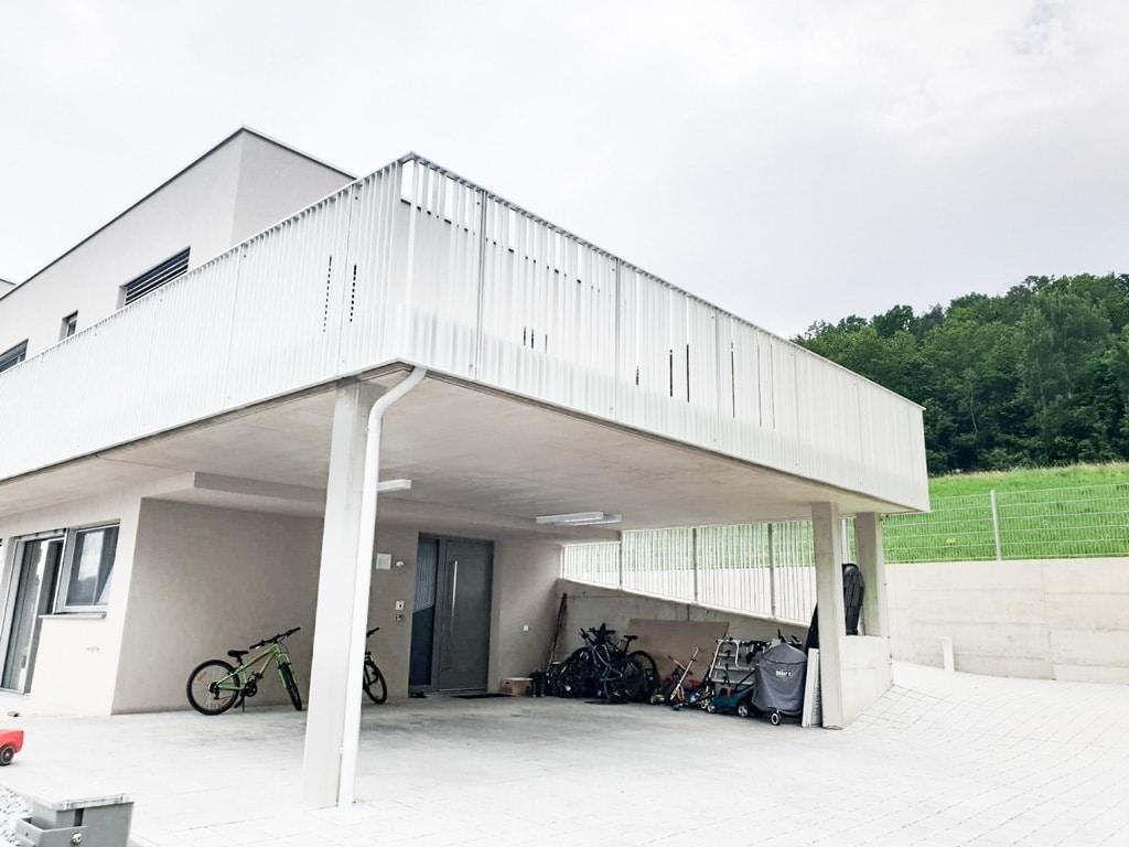 Wien 02 a | modernes Aluminium-Flachstahl-Geländer weiß bei Terrasse stirnseitig montiert | Svoboda