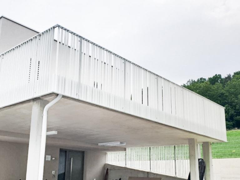 Wien 02 a   modernes weißes Alu Geländer mit flachen Profilen stirnseitig montiert   Svoboda