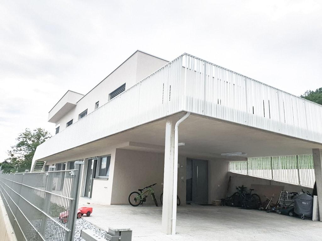 Wien 02 b | weißes Aluminium Flachstahl Geländer bei modernem Haus auf Terrasse | Svoboda