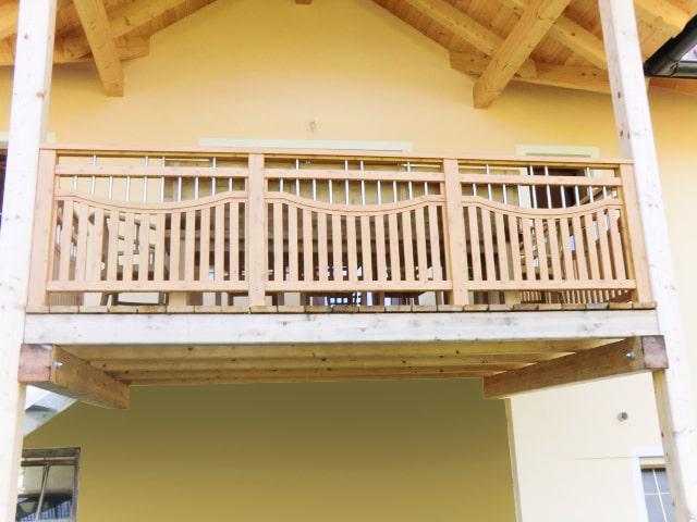 Krumpendorf 01 H a | Aluminium-Balkon Kiefer-Holz Optik, Alu-Latten & Niro-Stäbe vertikal | Svoboda