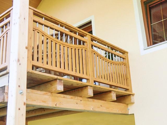 Krumpendorf 01 H b | Aluminium-Holzdekor-Geländer, Kiefer 2 Beschichtung, Latten vertikal | Svoboda