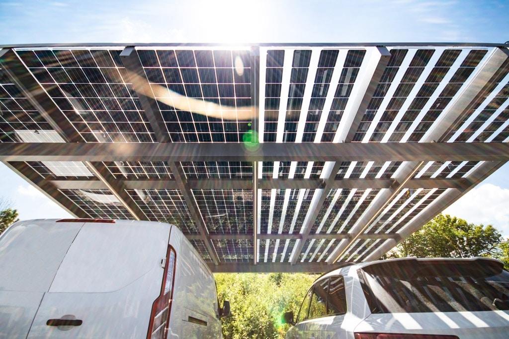 Photovoltaik-Carport 01 d | Unteransich zwei unterschieldicher PV-Paneel-Arten im Bezug auf Lichtdurchlässigkeit | Svoboda Metalltechnik
