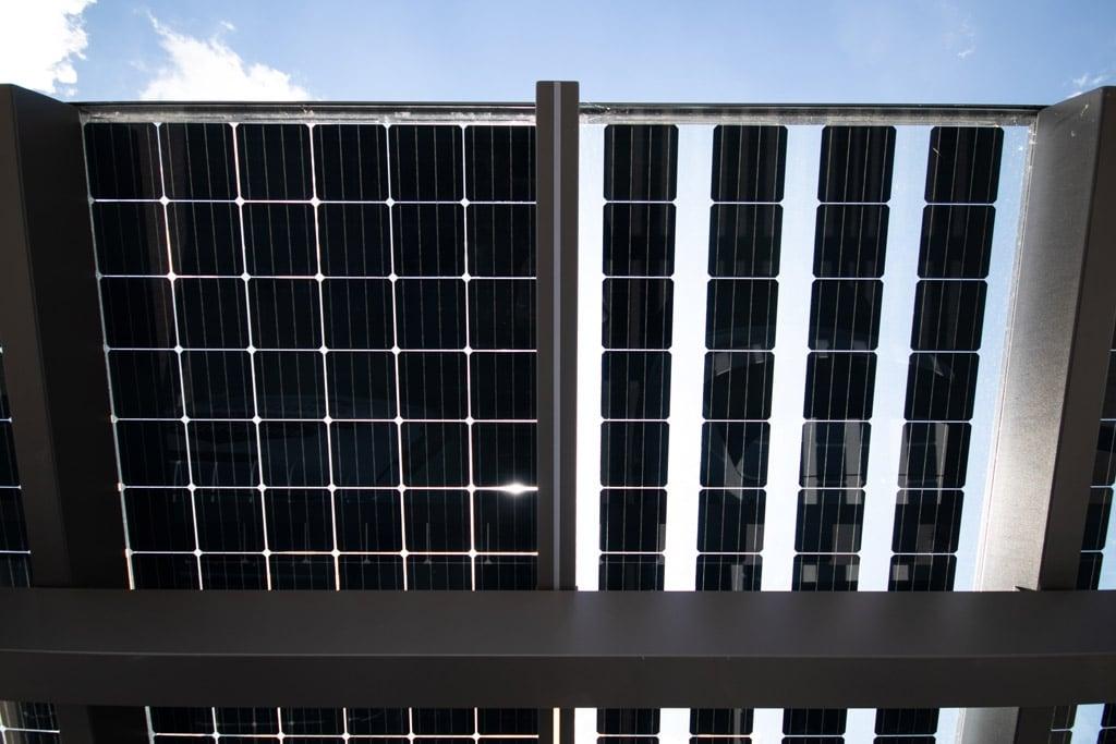 Photovoltaik-Carport 01 e | links PV-Module mit geringen Abstand - rechts mit Abstand zwischen einzelnen Reihen | Svoboda Metalltechnik