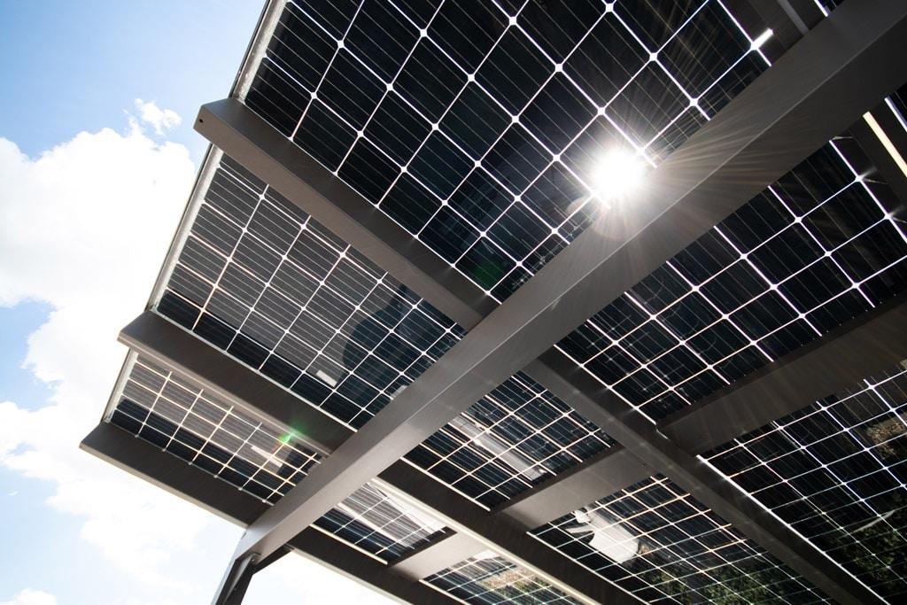 Photovoltaik-Carport 01 f | Unteransich der PV-Paneele mit durchleuchtender Sonne | Svoboda Metalltechnik