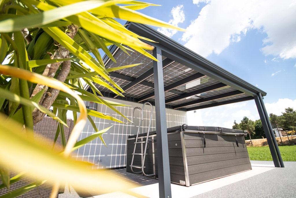 Photovoltaikdach 01 a | nachhaltiges Alu-Terrassendach mit PV-Eindeckung bei Whirlpool | Svoboda