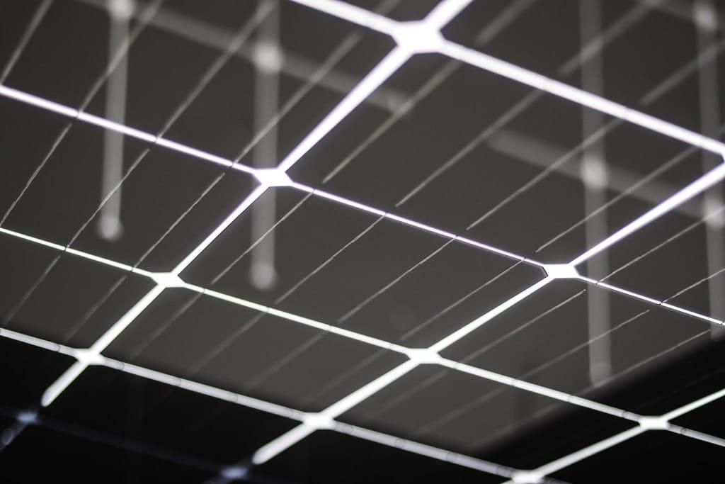Photovoltaikdach 01 | Nahaufnahme Photovoltaik-Module in Glas bei Terrassendach | Svoboda