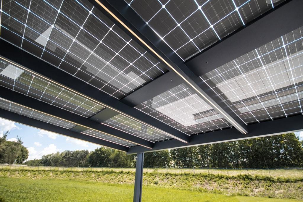 Photovoltaikdach 01 e | Unteransicht der Photovoltaik-Module aus Glas, Solarstromerzeugung | Svoboda