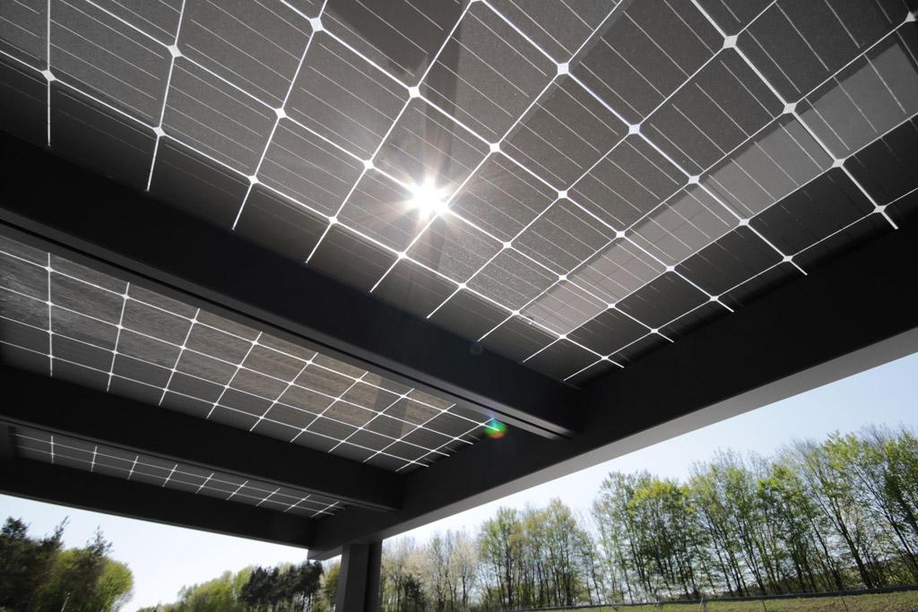 Photovoltaikdach 01 g | Unteransicht Glas-PV-Module bei Sonneneinstrahlung, Beschattung | Svoboda