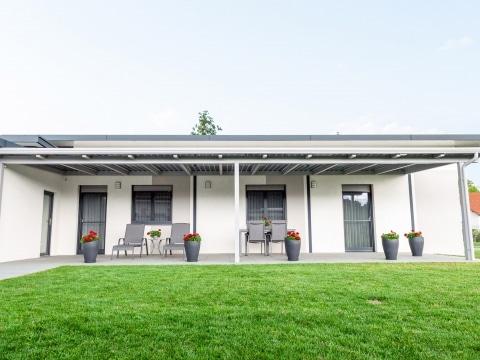 Photovoltaikdach 03 a | bei Terrasse aus grauem Aluminium als Sonnenschutz & Stromerzeuger | Svoboda