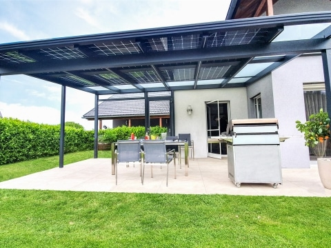 Photovoltaikdach 04 a | Photovoltaik-Module bei Terrassendach, Beschattung, Stromerzeugung | Svoboda