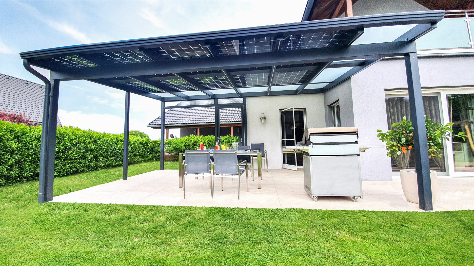 Photovoltaikdach 04 a   Photovoltaik-Module bei Terrassendach, Beschattung, Stromerzeugung   Svoboda