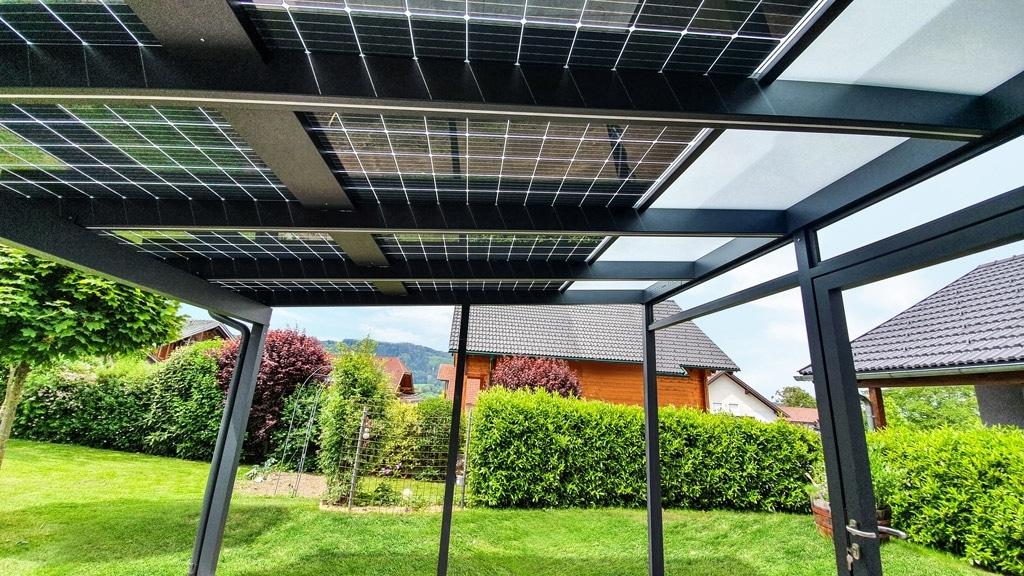 Photovoltaikdach 04 c   Unteransicht PV-Module und Mattglaseindeckung bei Terrassendach   Svoboda