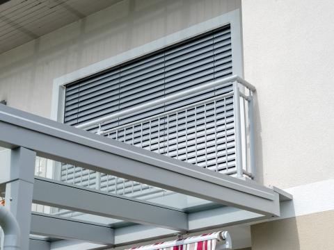 Dornbirn 13 b | Französisches Geländer aus grauen senkrechten Aluminium-Rohren und Stäben | Svoboda