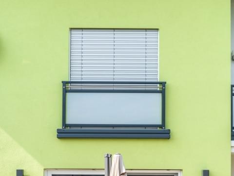 Hall 08 q | Französisches Geländer Alu-Glas als Absturzsicherung bei Fenstertüren | Svoboda