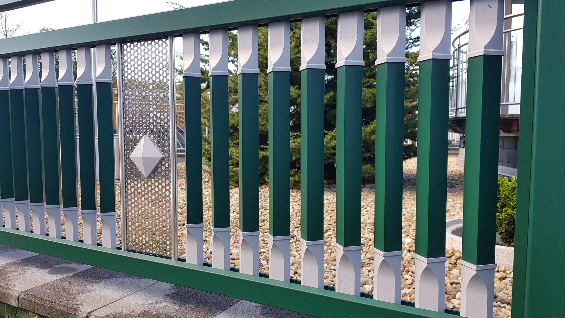 Linz 10 a | Aluminiumgeländer grün-grau mit gedrehten viereckigen Latten & Niro-Lochblech | Svoboda