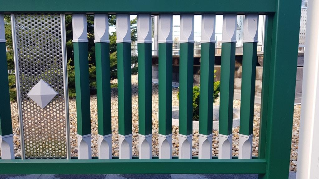 Linz 10 b | Aluminium Geländer mit gedrehten viereckigen Sprossen vertikal grün-grau | Svoboda