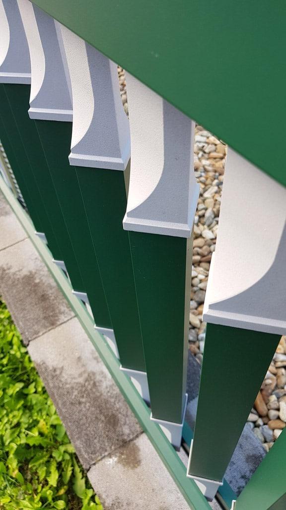 Linz 10 c | Draufsicht von Vierkant Alu Latten gedreht bei Geländer, grün-grau beschichtet | Svoboda