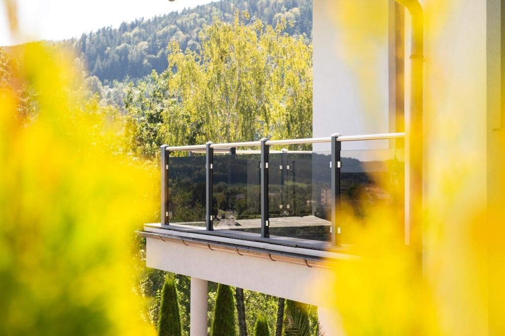 Mödling 22 k | modernes Aluminiumbalkongeländer mit Edelstahlhandlauf, VSG Glas dunkel | Svoboda