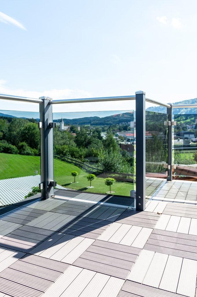 Mödling 22 u | Moderner aufgesetzter Alu-Glas-Balkon, anthrazit Alusteher, Nirostahandlauf | Svoboda