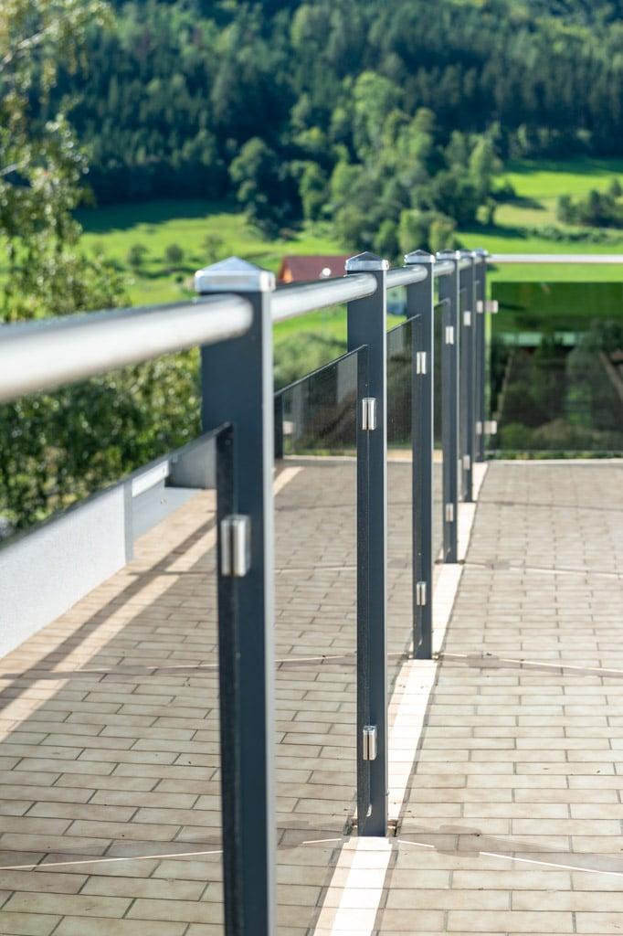 Mödling 22 v | Aluminium-Glas-Balkon modern, Aufsatzmontage, Nirohandlauf, Pyramidenkappen | Svoboda