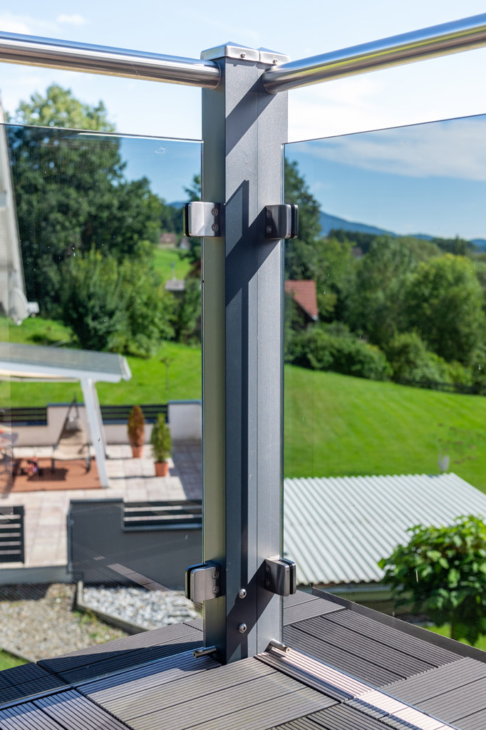 Mödling 22 z1 | Doppelter Ecksteher bei Alu Balkon Geländer mit Glasfüllung, Niro-Handlauf | Svoboda