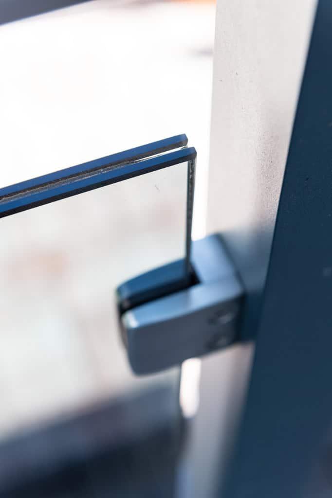 Mödling 22 z11 | Nahaufnahme VSG Grauglas klar bei Aluminiumterrassengeländer | Svoboda Metall