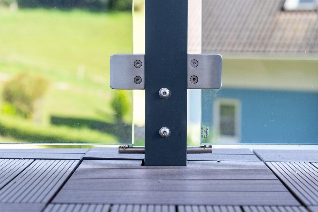 Mödling 22 z17 | Nahaufnahme aufgesetzt montierter Alu-Steher mit Glashalterungen | Svoboda