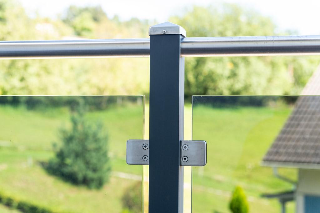 Mödling 22 z8 | Detailbild Alusteher mit eckigen Glashaltern, Grauglas & Edelstahlhandlauf | Svoboda