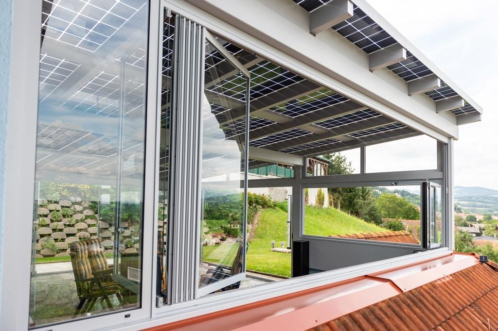 Photovoltaik-Sommergarten Alu 01 v | Schiebe-Dreh-Glas-Elemente bei grauem PV-Alu-Dach | Svoboda